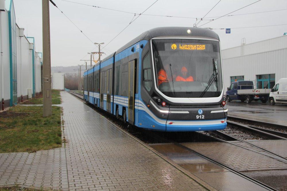 Tramvaj Škoda 35T pro Chemnitz během zkoušky v areálu vozovny. (foto: CVAG)