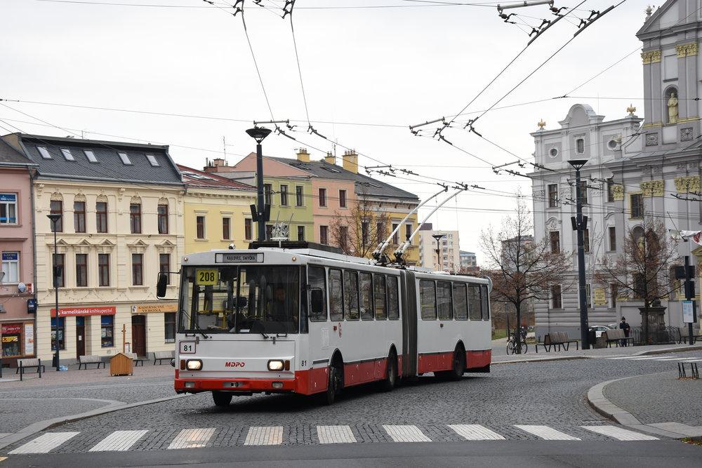 Trolejbus Škoda 15 Tr v Opavě opouští zastávku Dolní náměstí. (foto: Libor Hinčica)