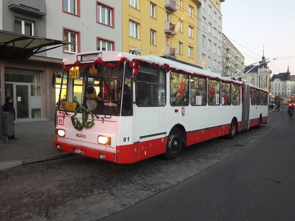 Trolejbus v zastávce Divadlo. Za volantem nesedí řidič, ale čert.