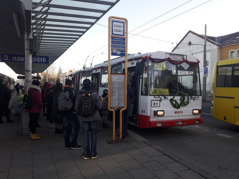 """14:47 na opavském Východním nádraží. Trolejbus přijel s cca 3minutovým zpožděním. Při dalším obratu už nabral """"sekeru"""" 15 minut, zájem byl prostě velký."""