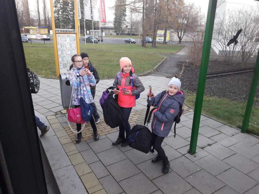 Mnohé děti při příjezdu vyzdobeného trolejbusu neskrývaly radost, jen málokteré z nich totiž věděly, že na jejich spoji se budou promenádovat zvláštní bytosti. Tím se jim cesta ze školy či do kroužku rázem zpříjemnila. Menší děti ale občas propukaly v pláč.