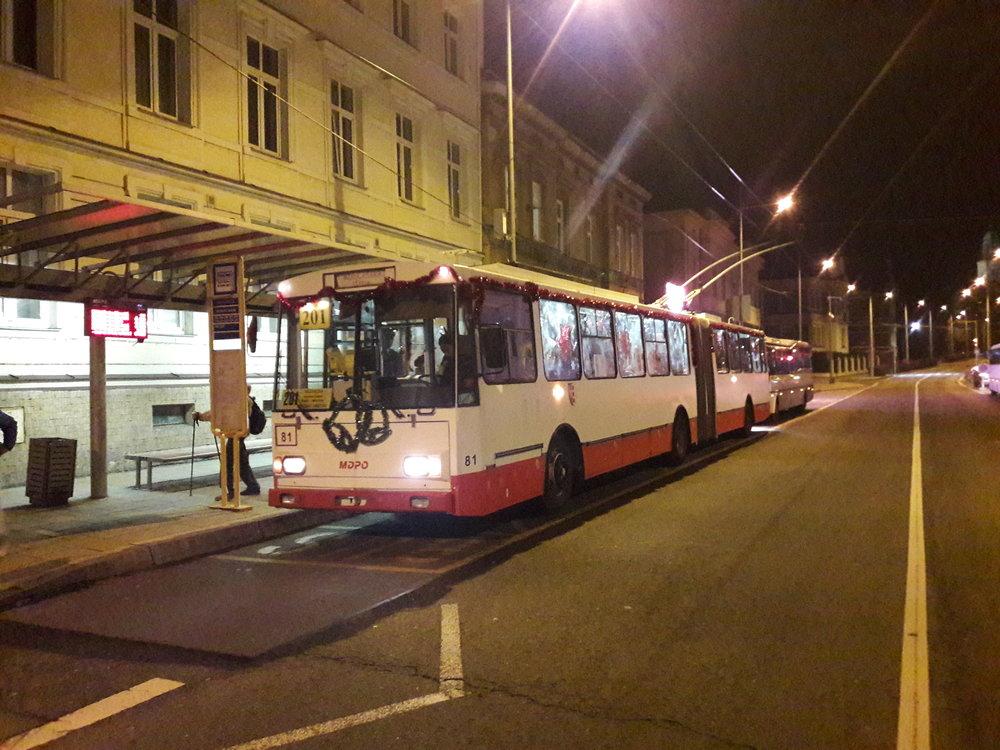 Trolejbus krátce po půl šesté.