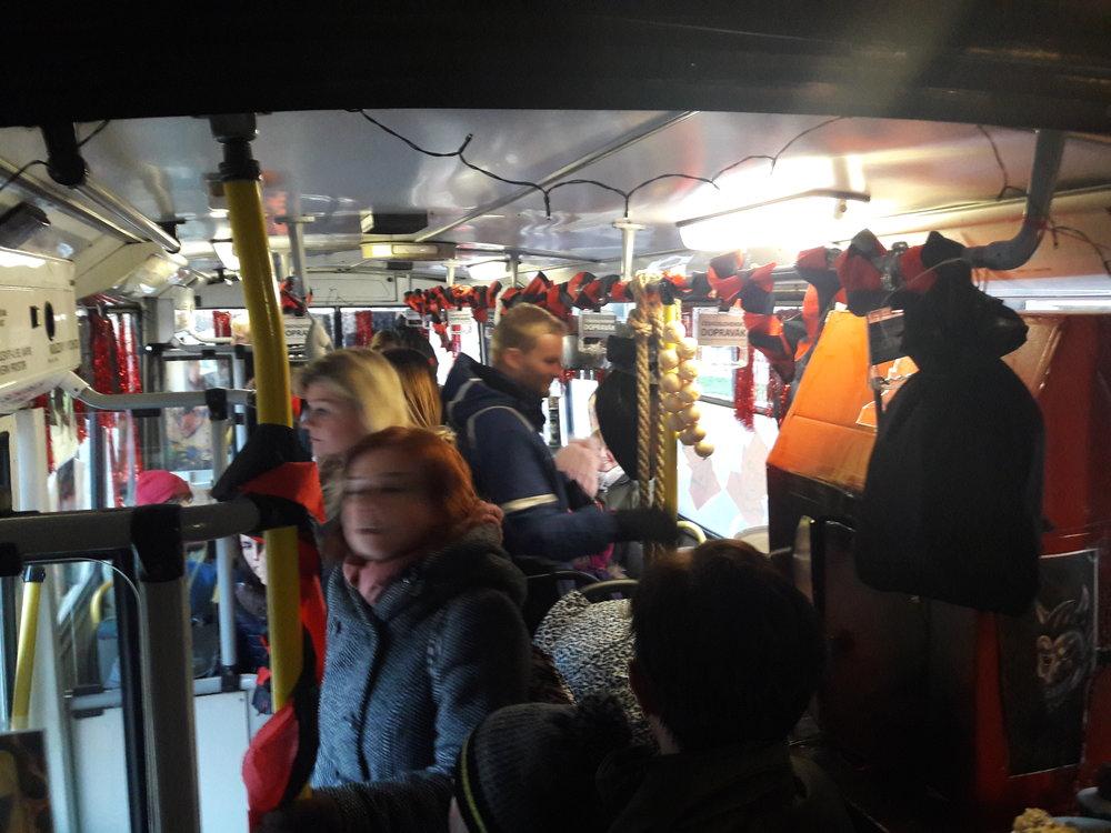 Trolejbus chvílemi praskal ve švech a měl na palubě dokonce i tři kočárky současně.