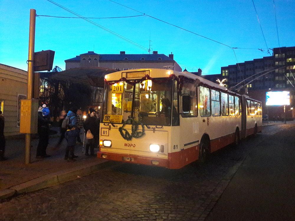 Lidé se do trolejbusu soukali i po setmění, kdy se v něm rozsvítily i žárovičky.