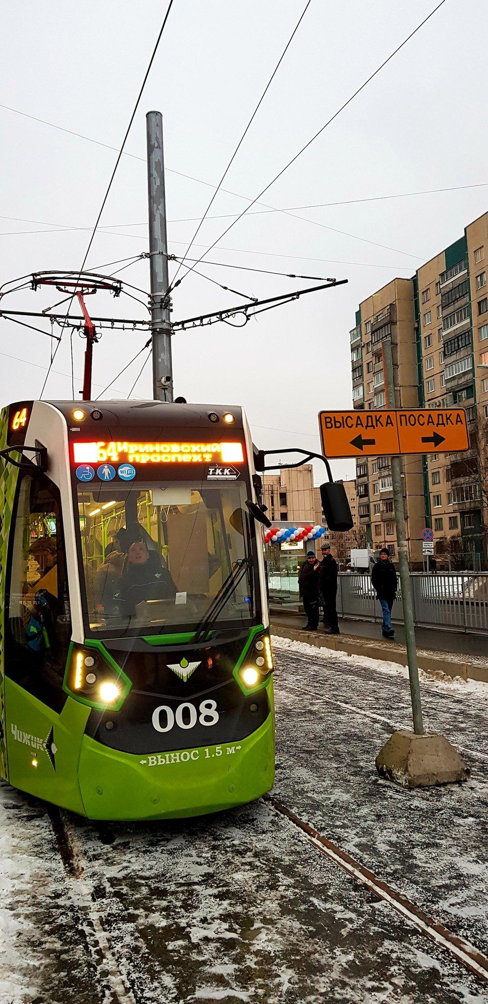 Horní snímek ukazuje první den provozu obnovené tramvajové linky č. 64. Návrat tramvaje na prospekt Nastavnikov se u místních obyvatel dočkal pozitivních reakcí. Síť Čižika je stavěna s pomocí nejmodernějších technologií, čehož je důkazem i informační systém na levém snímku. (foto: TKK)