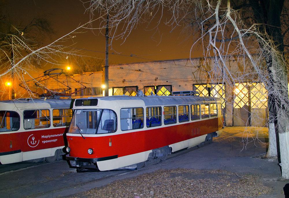 T3A z Rigy ex-ev. č. 30787, nově jako ev. č. 735, v romanticky vyhlížející mariupolské vozovně na nedávném snímku.