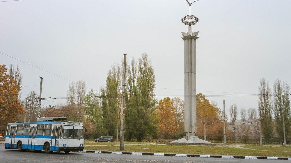 Dva snímky ze 14. listopadu 2018 ukazují místo počátku stavby nové trolejbusové trati. (foto: 2x Миколаївська міська рада)