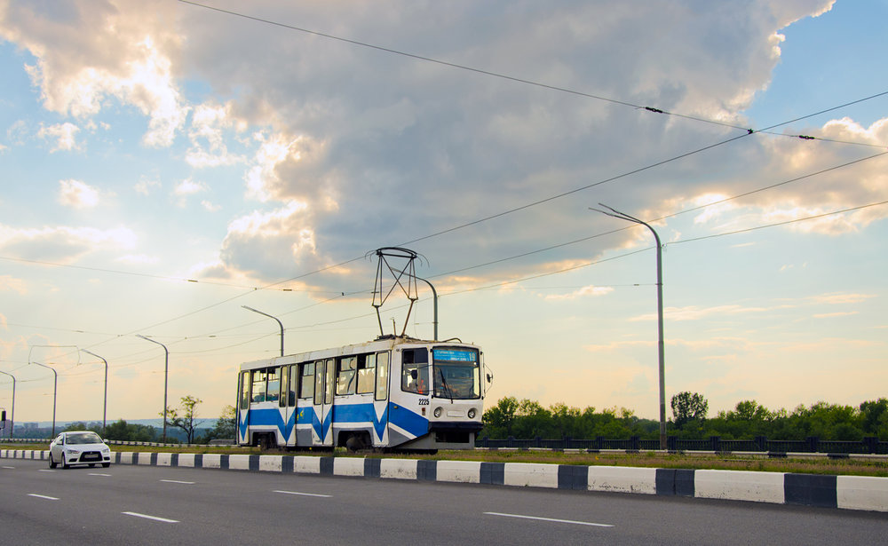 Vůz typu 71-608KM z roku 1995 na Kajdaksom mostě dne 7. srpna 2018. Místní park je dnes ovšem reprezentován především tramvajemi z produkce ČKD, tak jako tak ale volá po obnově.
