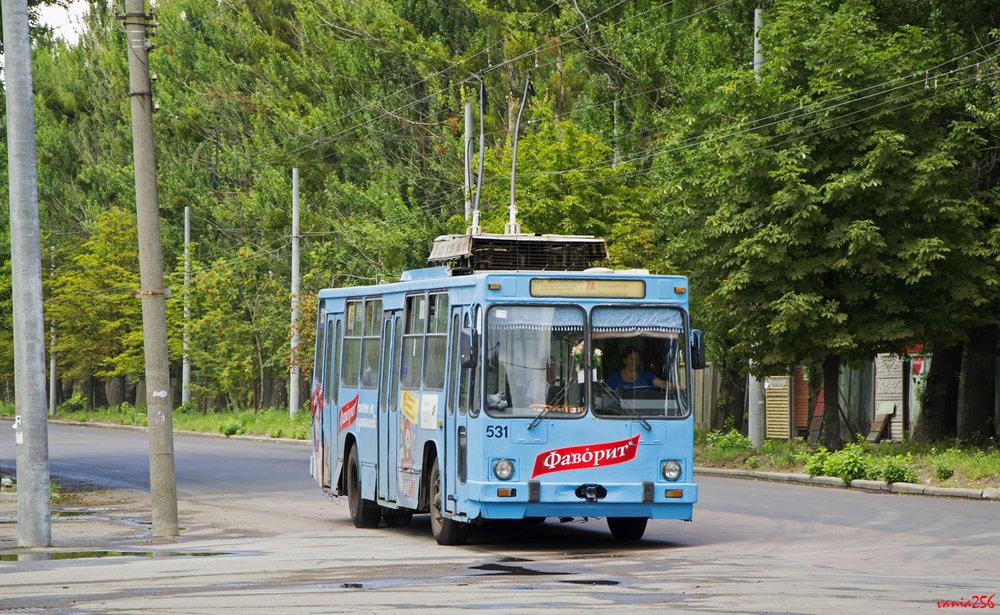 Průmyslová ulice ( ulica Promyslova ) byla letos opatřena trolejbusovou tratí. Na snímku ze 17. července 2018 vůz typu JUMZ T2 vyrobený roku 2001. (foto: vania256)