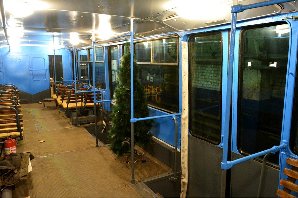 Zatímco Moskva má na rozhazování, jinde v Rusku si nemohou dovolit ani opravit interiéry vozidel. Například ve Vladivostoku je jediná tamní tramvajová trať už léta na zavření, tramvaje se doslova rozpadají před očima (mimochodem, asi 920 km severně vzdálený Komsomolsk na Amuru už letos tramvajový provoz zavřel). Přesto se místní pracovníci i v nuzném interiéru jedné z tramvají snažili vytvořit vánoční atmosféru.