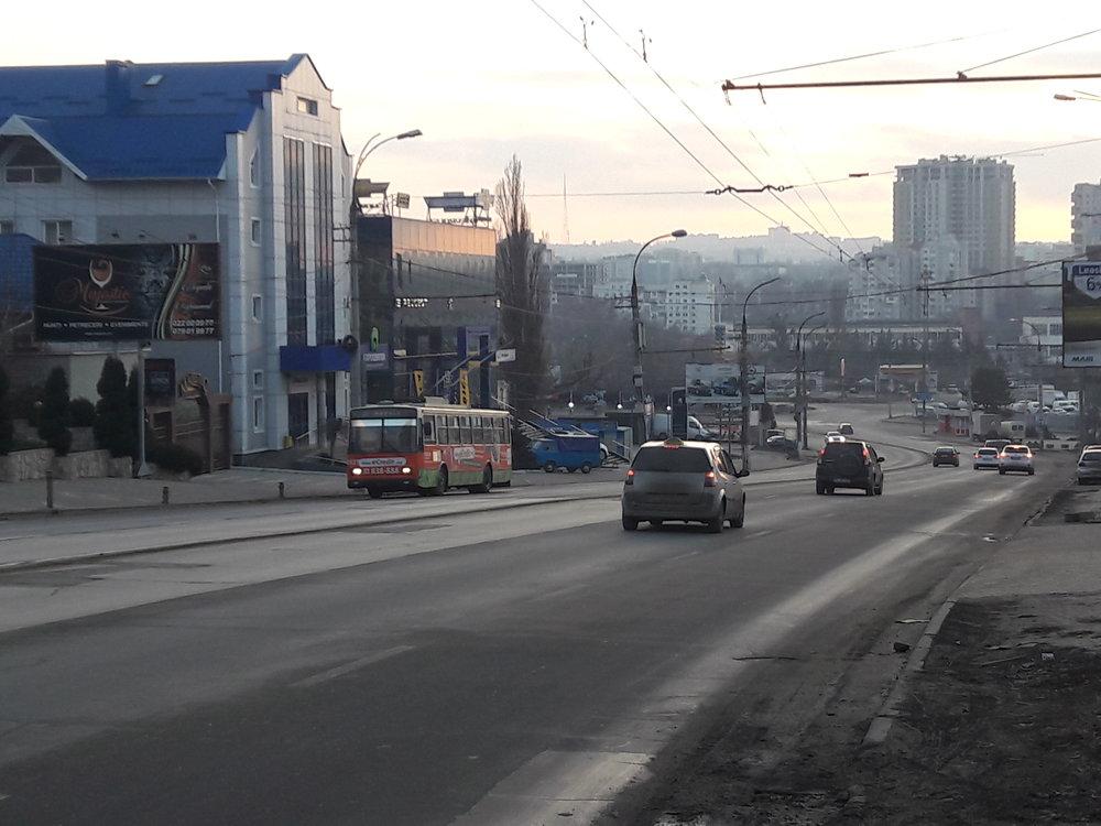 Trolejbus Škoda 14TrDT/6M ev. č. 3827 se na severovýchodě města dne 1. ledna 2019 šplhá po ulici Calea Orheiului do kopce. (foto: Vít Hinčica)