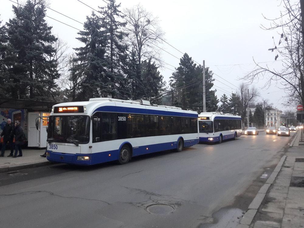 Zastávka Grădina Publică v centru města.