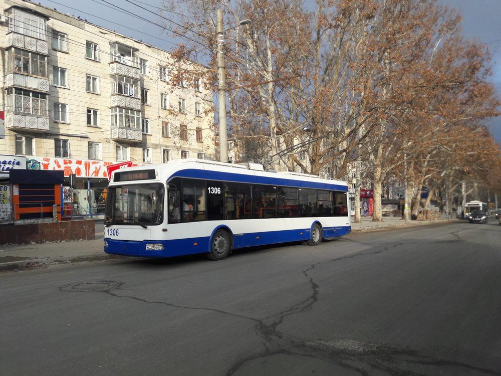 """U zastávky Cinematograful """"Flacăra"""" na západě města."""