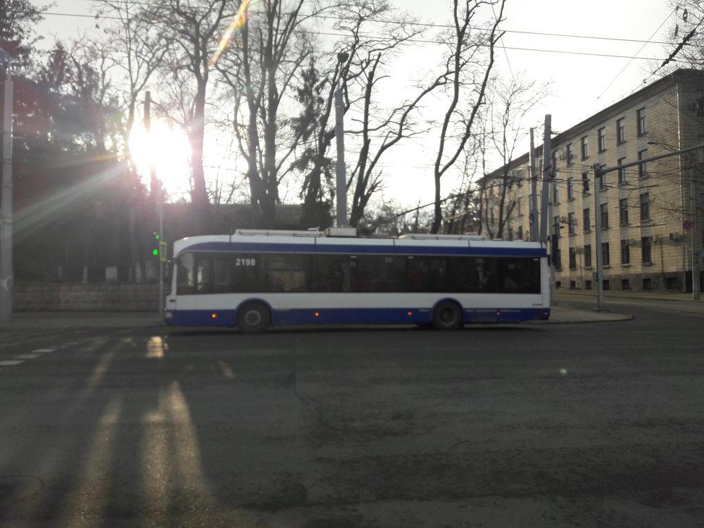 U lékařské univerzity, kde končila první trolejbusová trať v Kišiněvě (pohled na západ).