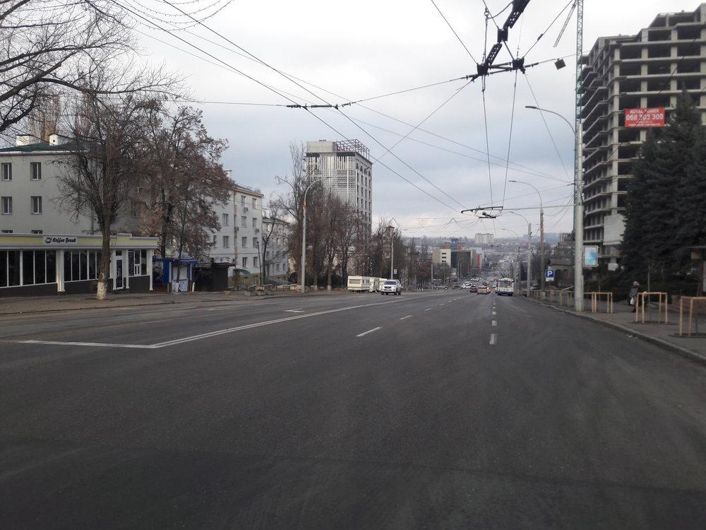 U lékařské univerzity, kde končila první trolejbusová trať v Kišiněvě (pohled na východ).