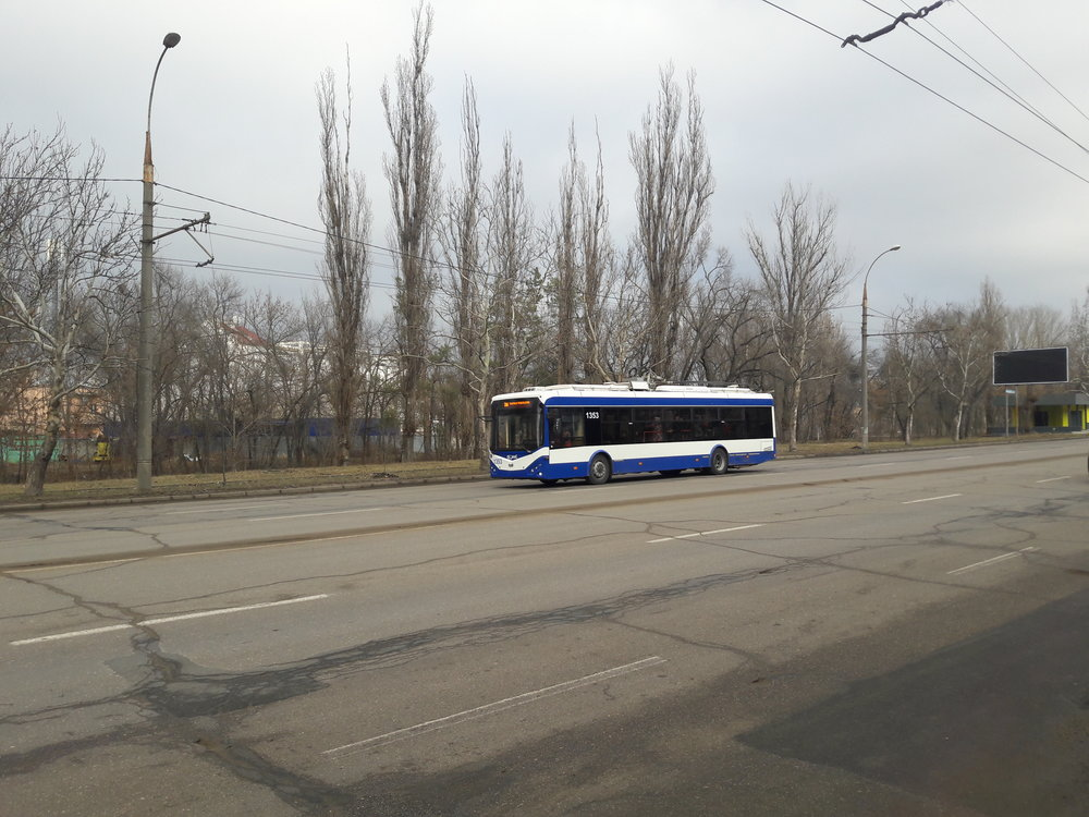 Vodní plocha s přilehlým parkem je za trolejbusem.