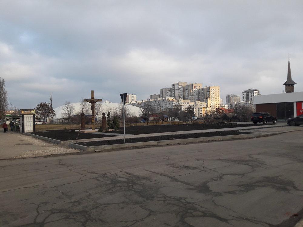 Ukázka klasického kišiněvského koloritu. Nesourodá architektura dostavěných i nedokončených domů, rozbité chodníky, poničené zastávky (i ty rekonstruované) a všude okolo nepořádek.