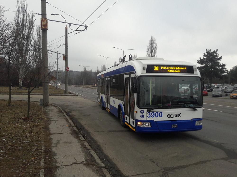 Parciální trolejbus na lince č. 30 přijíždí od letiště na nejjižnější bod kišiněvské trolejové sítě Grădina botanică.