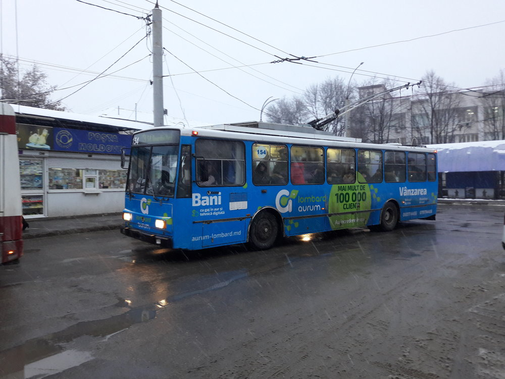 """Jezdí! Jediná """"čtrnáctka M"""" na severu Moldavska zatím odolává náporu cestujících. Dne 2. 1. 2019 byla zachycena na zastávce Centr. (foto: Vít Hinčica)"""