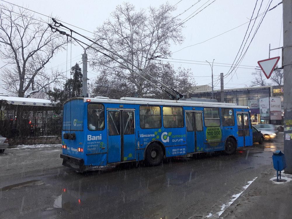 Trolejbus české výroby vyjíždí ze zastávky Centr.