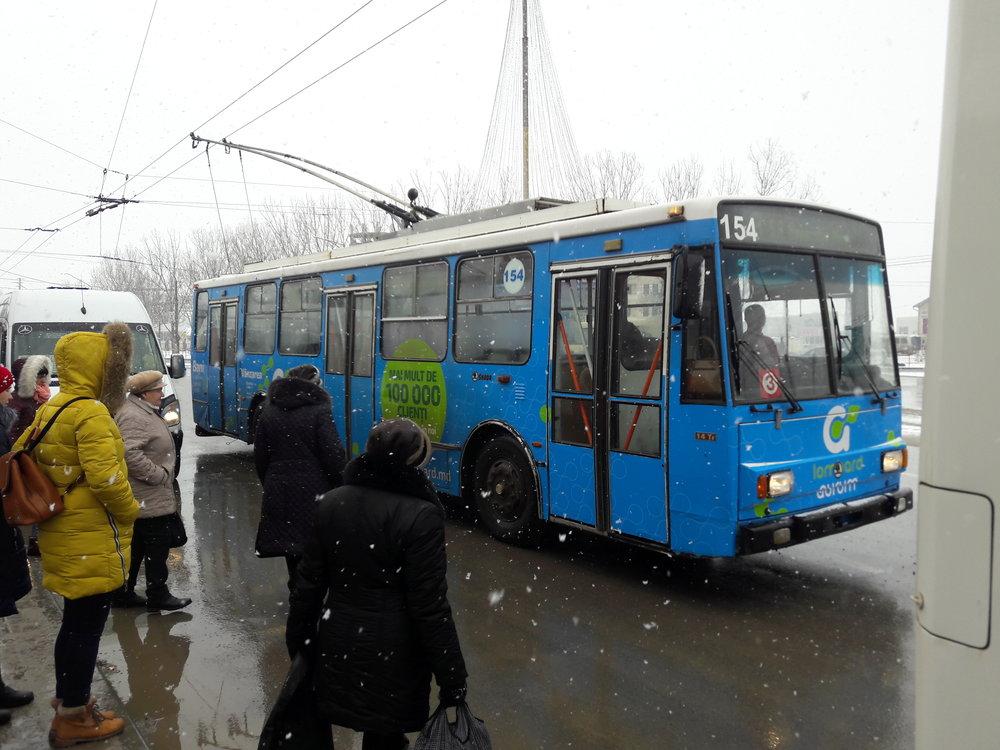Nahoře: Tentýž trolejbus u zastávky Avtovokzal.  Vpravo: jízdenka v hodnotě zhruba 3,5 Kč.