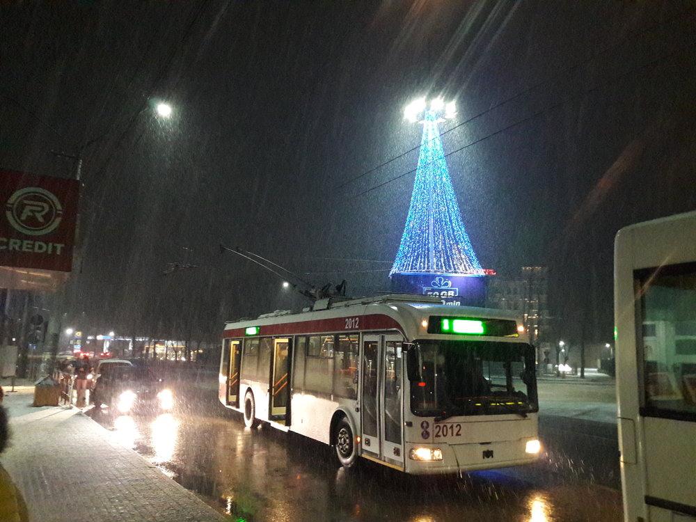 Večer 2. 1. 2019 u autobusového nádraží a s padajícím sněhem.