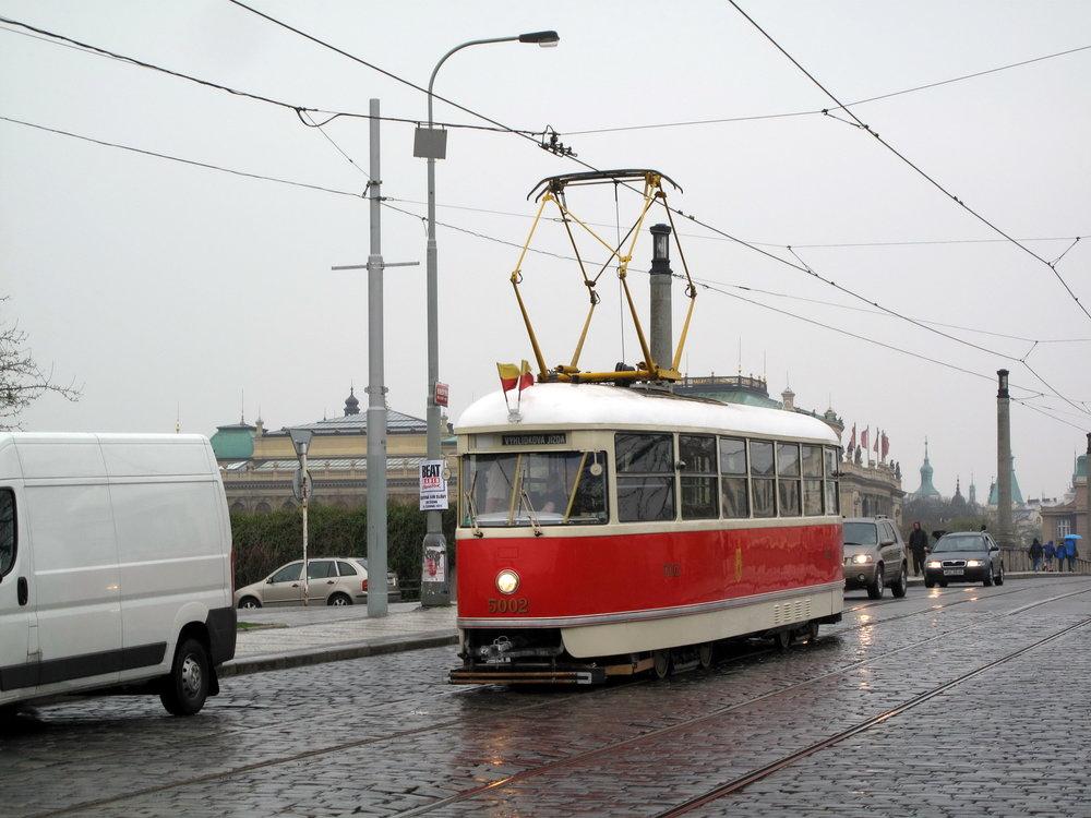 Vůz T1 ev. č. 5002 v Praze v rámci vyhlídkové jízdy. (zdroj: Wikipedia.org)
