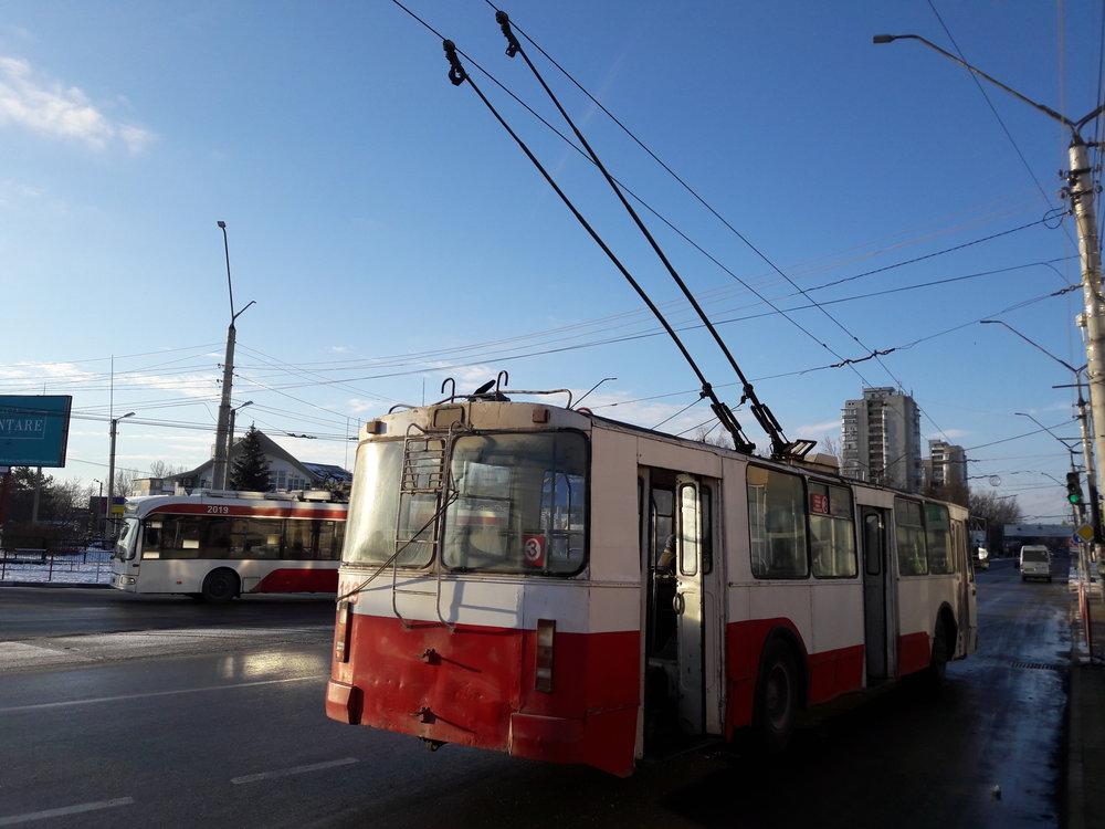 U autobusového nádraží se 3. 1. 2019 promenádovaly starý a nový trolejbus.