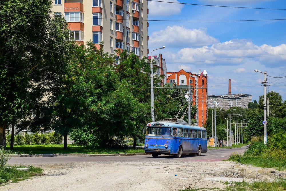 Zdá se, že trolejbusy 9 Tr se cestující v Ternopilu už nesvezou. Na snímku z 3. srpna 2018 na ulici Korolova zachycen poslední linkový vůz ev. č. 080. (foto: KyivAndrey14)