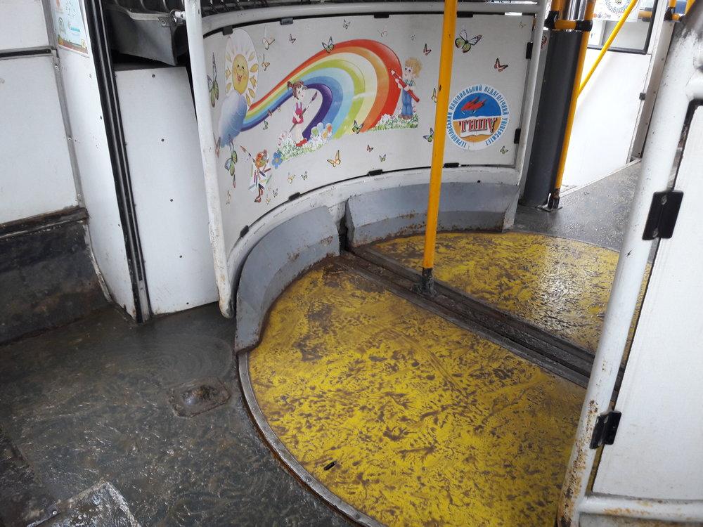 """Během různých příležitostí jsou ve spolupráci s dopravcem, Ternipil'elektrotransem, od roku 2015 místní trolejbusy různě zdobeny (naposledy třeba na téma """"svět profesí""""). Na snímcích z 5. 1. 2019 ex-zlínský (ex-ev. č. 349, dnes 160) vůz s dětsky laděnou výzdobou. K levému snímku ještě podotkneme, že ačkoli nepanovaly nijak extrémně nízké teploty, místní občané na přilehlé vodní ploše bruslili, nebo vysekávali díry, aby si ulovili rybu."""