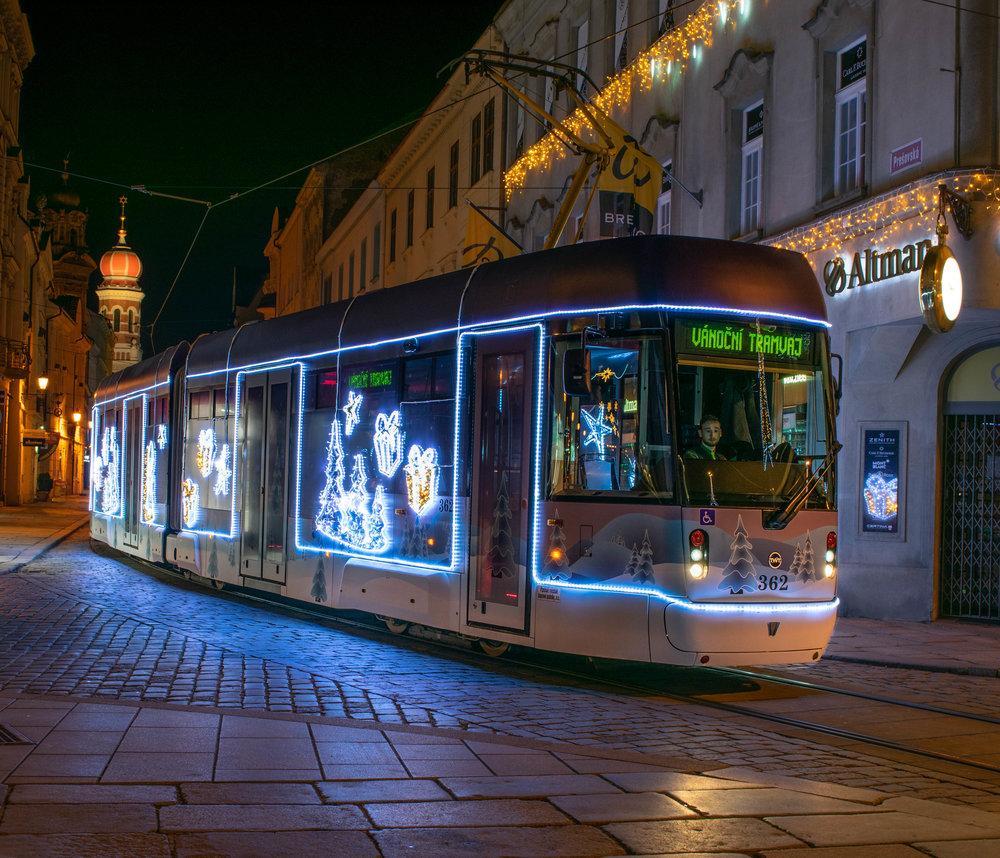 """Tramvaj VarioLF 2/2 IN ve """"vánočním provedení"""". (foto: PMDP)"""