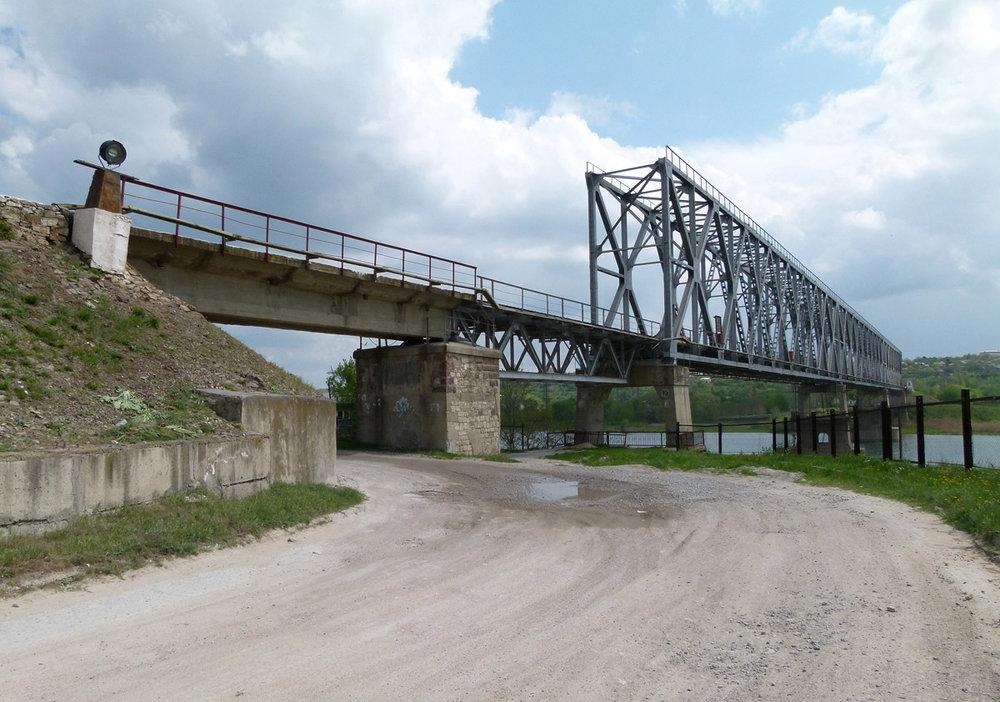…a taky tento železniční most.