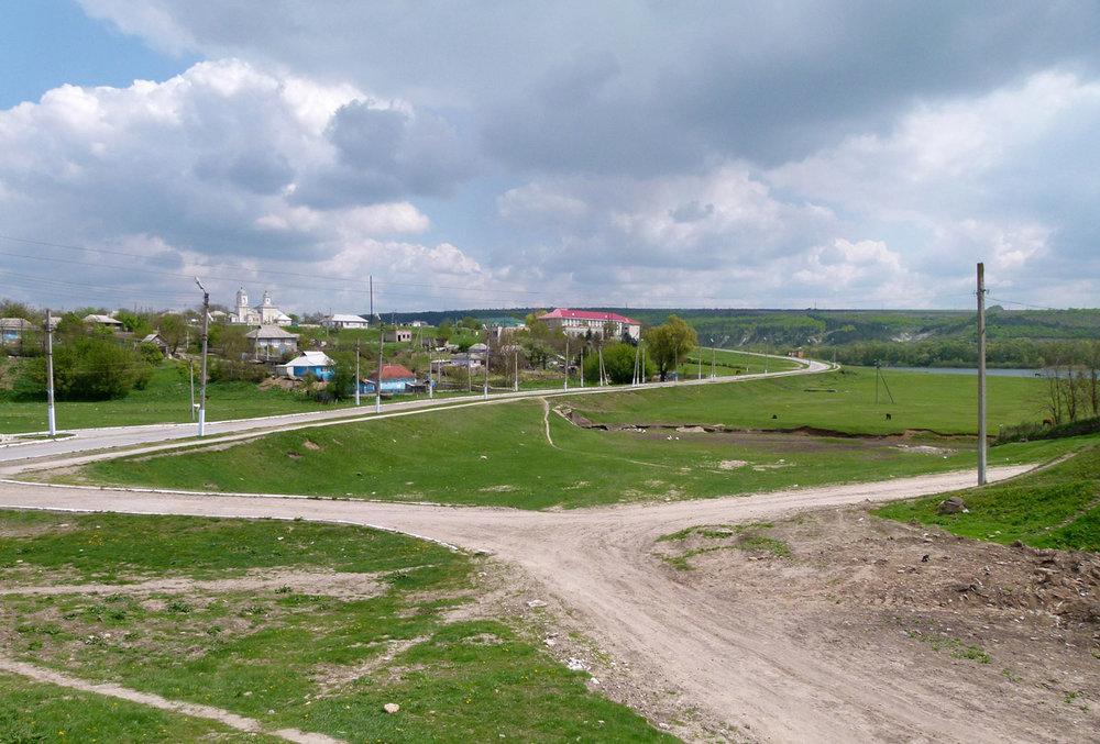 Trať se táhla od jihu podél západního břehu na sever (resp. spíše severozápad), až za katastr vesnice.