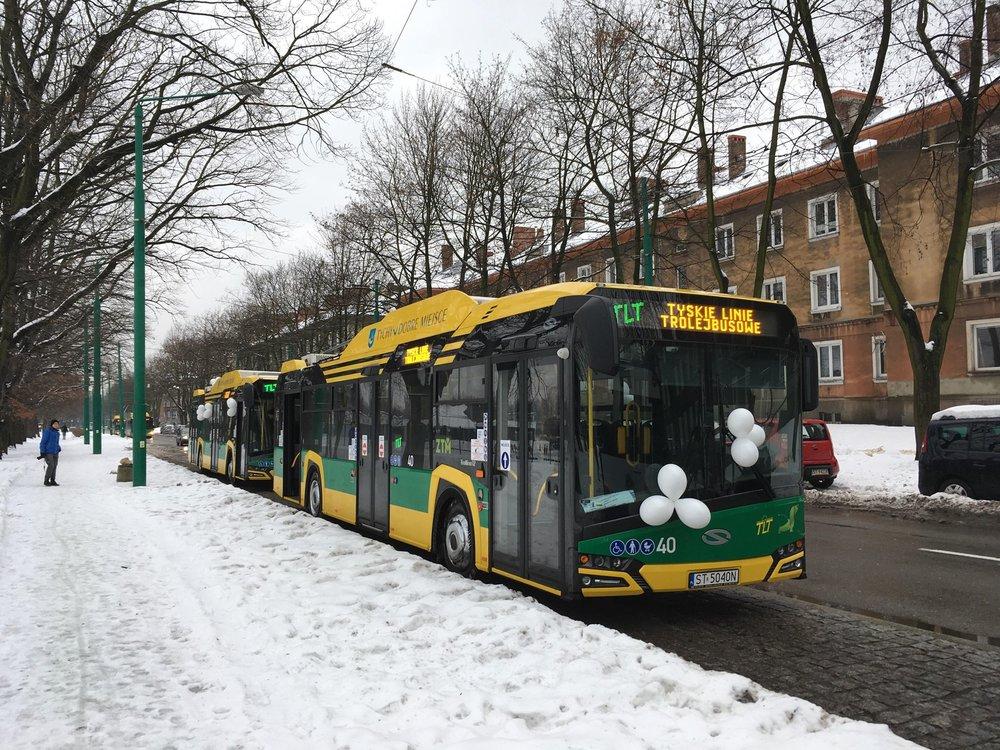 Nové trolejbusy byly na slavnostní předání vyzdobeny balónky. (foto: Jiří Brňák)