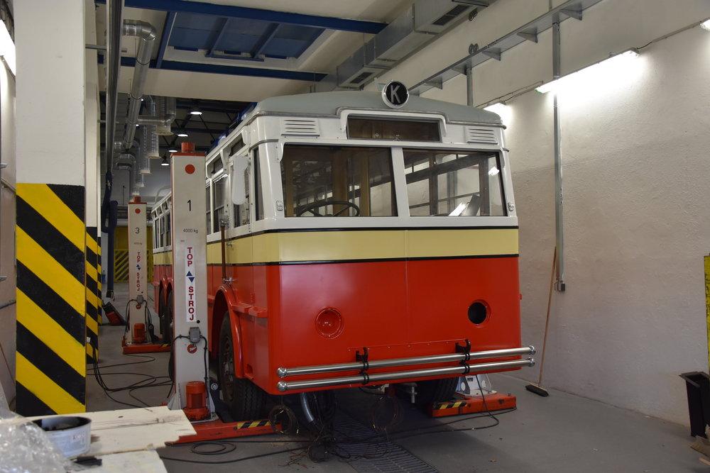 Trolejbus po laku v areálu pražských dílen. (foto: Libor Hinčica)