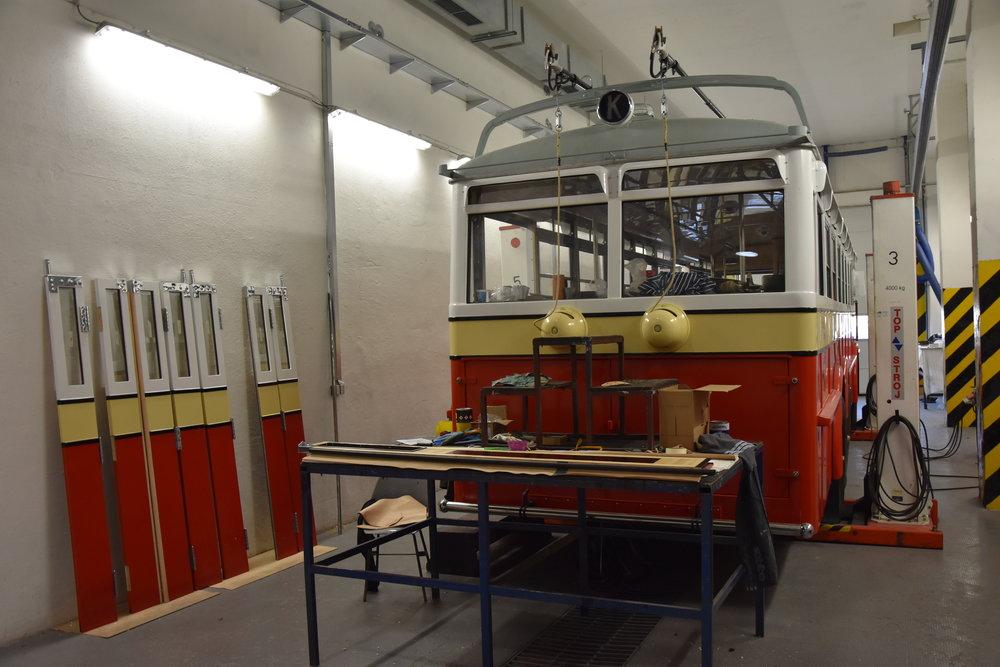 Pohled na rozpracovaný trolejbus Praga TOT zezadu. (foto: Libor Hinčica)