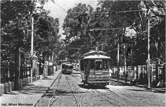 Momentka z Asunciónu se starými vozy anglické výroby. Ty byly výrobcem navrženy s tyčovými sběrači, které ale v Asunciónu vystřídaly sběrače lyrové. (foto: sbírka Allena Morrisona)