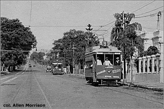 Na pohlednici s třídou Mariscal López (rok 1940) vidíme vzadu anglický vůz v původním stavu, v popředí další anglický vůz, ovšem po rekonstrukci. Mohly být bílé pruhy vyobrazené na levé straně snímku pozůstatky parní tramvaje?