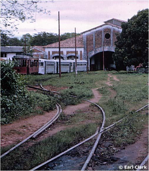 Tři snímky z roku 1963 ve vozovně ve čtvrti San Miguel. Povšimněte si modrého objektu na pravém snímku nahoře, který se používal při pohřebních procesích. Na snímku vpravo dole pak vidíme pohřební vozíky ve společnosti stařičké tramvaje firmy Brill. (foto: Earl Clark / sbírka Allena Morrisona)