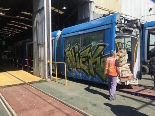 Tramvaj Alstom Citadis 302 na snímku v dílnách Premetra. (zdroj: EnelSubte.com)