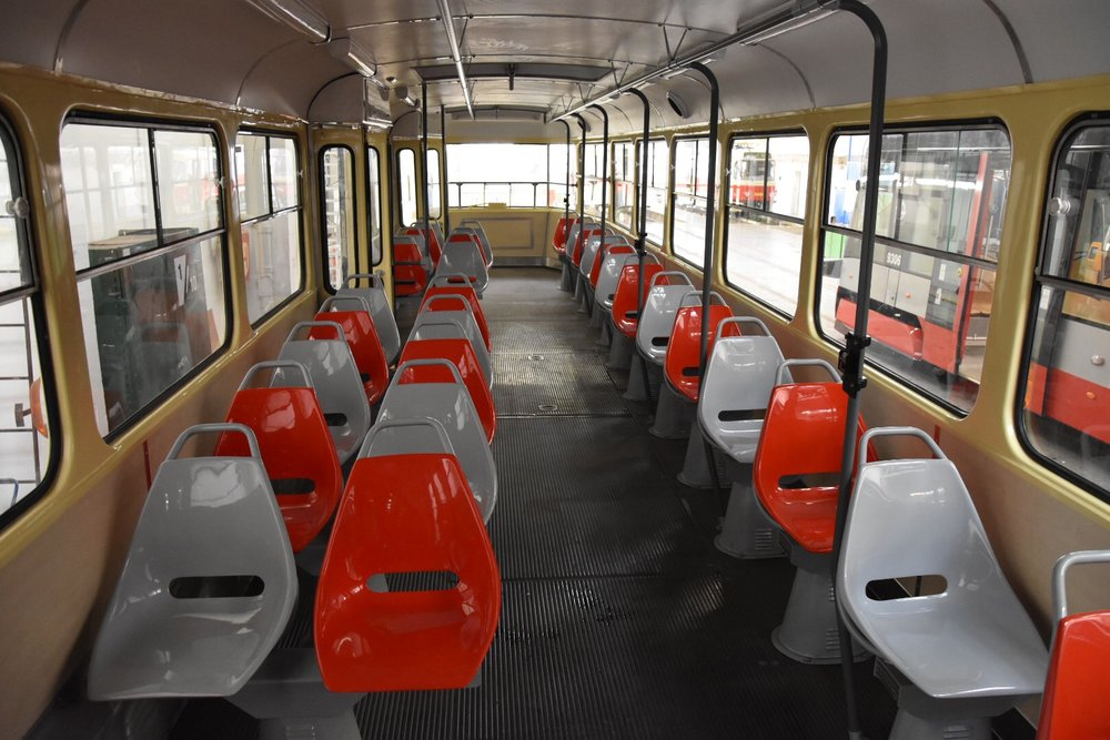 Pohled do interiéru opraveného vozu T3SU ev. č. 7001. (foto: Libor Hinčica)