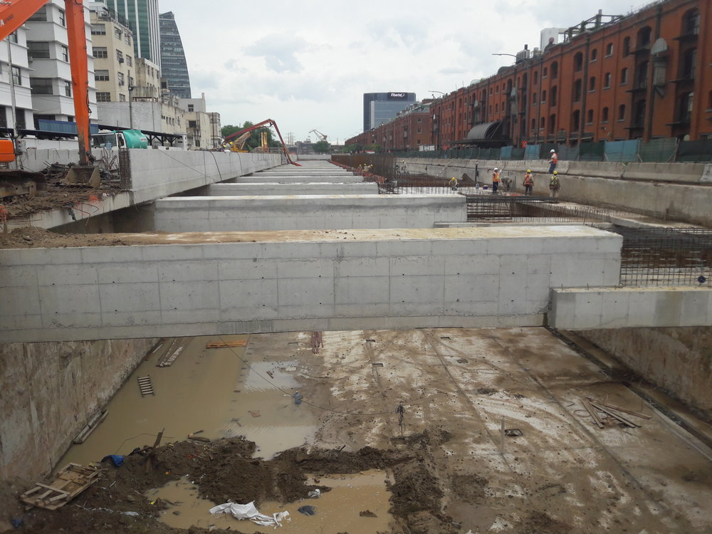 Aut není nikdy dost, a tak jim staví další dálnici na dohled od centra města. Finance na její stavbu se získávají především dražbou železničních pozemků.