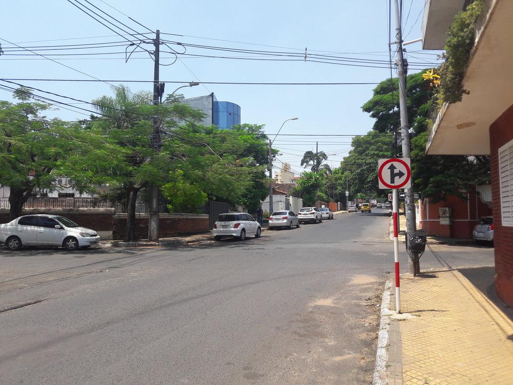 Koleje v roce 2019 u konečné ve čtvrti Las Mercedes (pohled na jih od konečné).