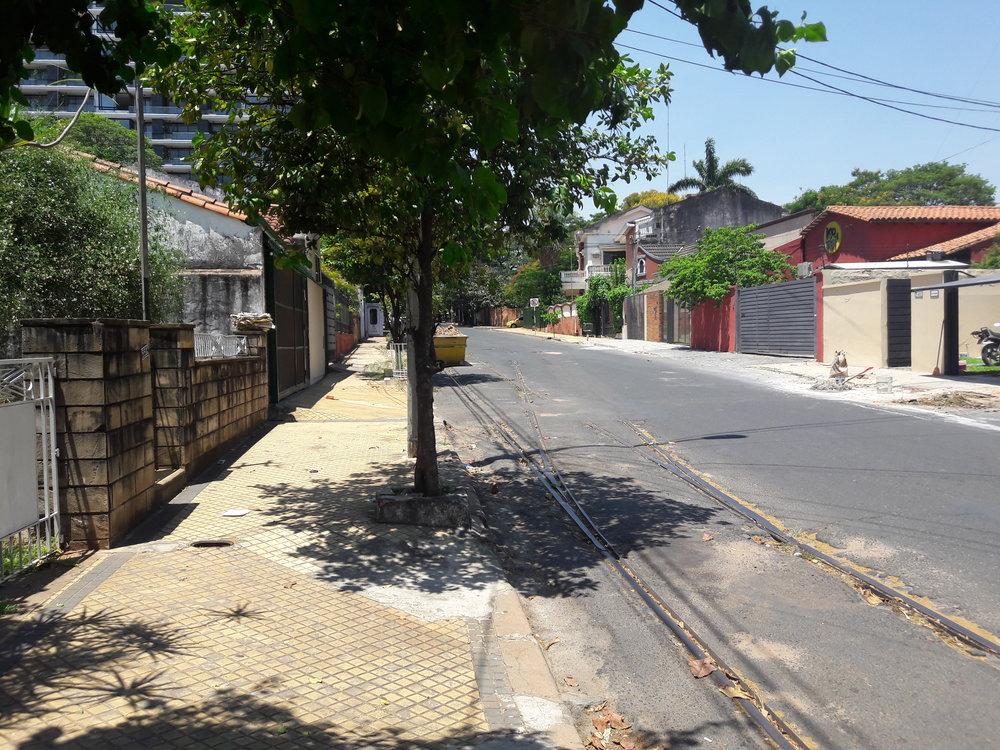 Před výjezdem z ulice Padre Cardozo na ulici España byla výhybna, jak prokazují tento a další snímky.
