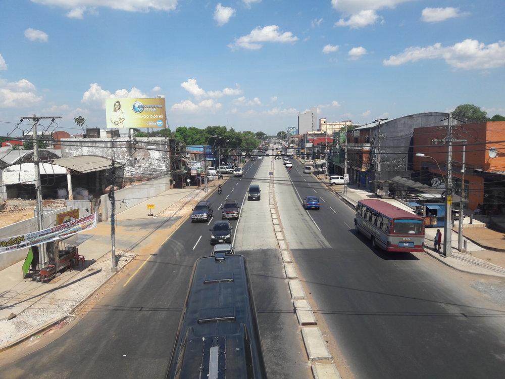 Pohledy na koridor metrobusu ve městě Fernando de la Mora.