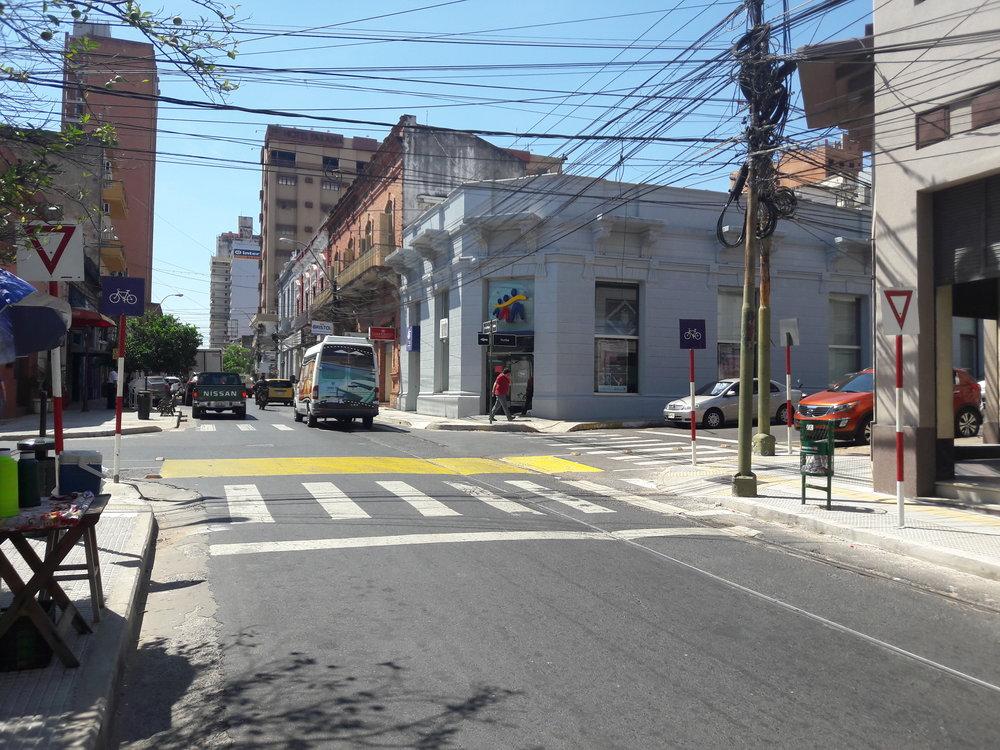 Třetí z tří dalších souběžných ulic (vzhledem k ulici Paraguayo Independiente), kudy tramvaj vedla, a sice 25 de mayo, ještě ukrývá poměrně zachovalou kolej.