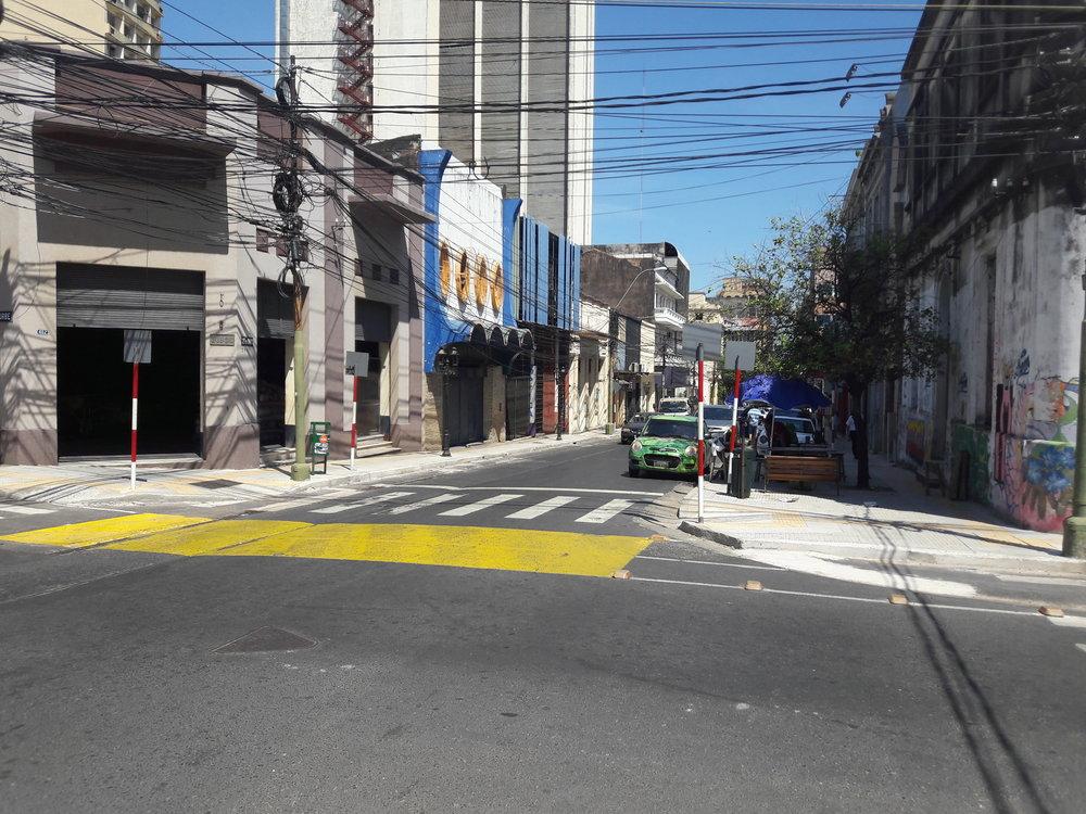 Ulice 25 de mayo (pohled směrem k přístavu).