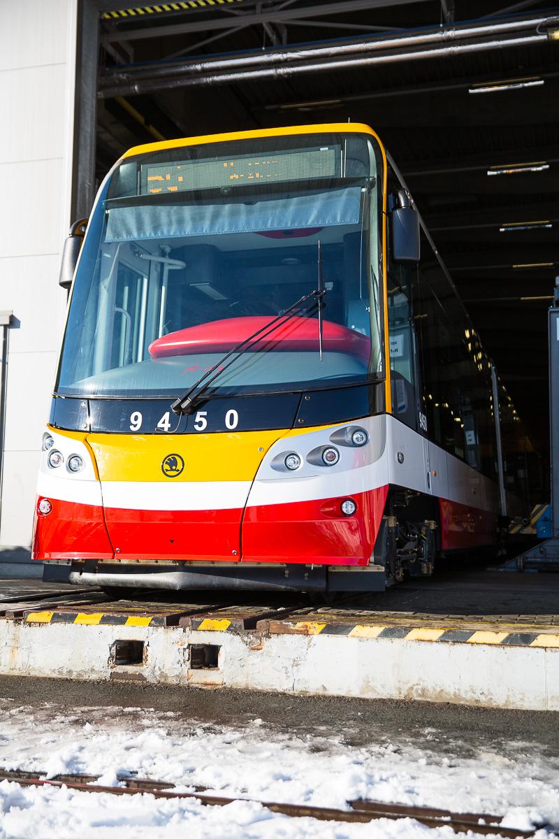 Tramvaj Škoda 15T ev. č. 9450 je poslední - 250. - tramvají ForCity Alfa dodanou do Prahy. (foto: Škoda Transportation)