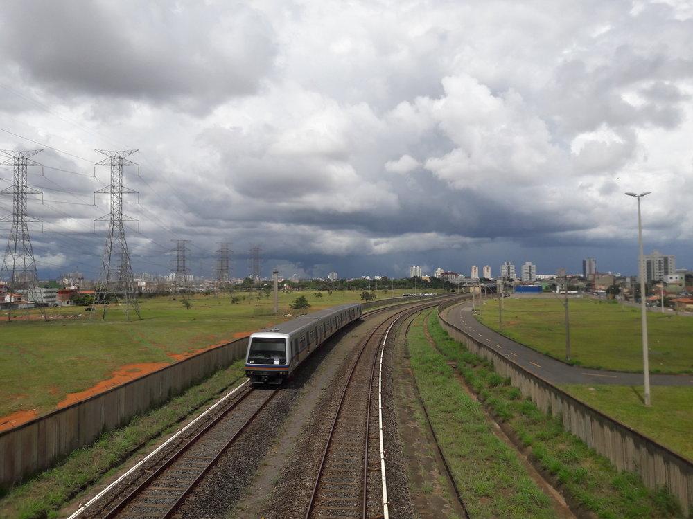 Metro na oranžové lince vyjíždí ze stanice Samambaia Sul a směřuje na konečnou Terminal Samambaia. (foto: Vít Hinčica, 8. 2. 2019)