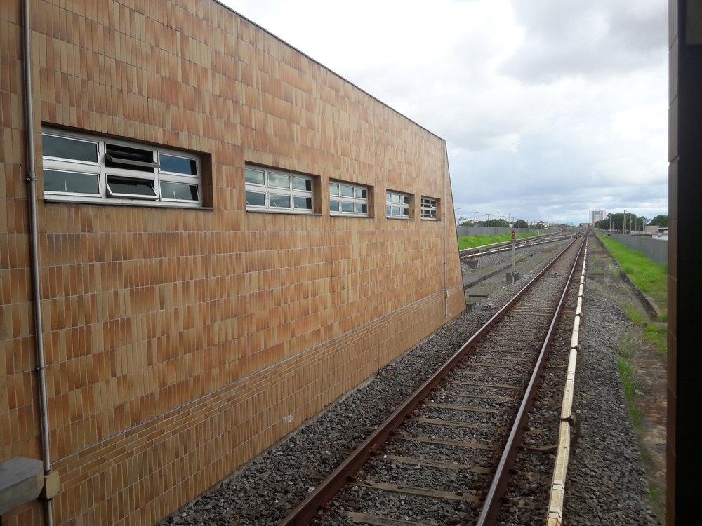 Konečná zelené linky Terminal Ceilândia. Pohled na trať směrem do Brasílie.